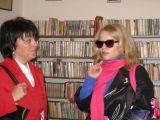 v knihovně zleva pracovnice Jihočeské vědecké knihovny, herečka paní Asterová