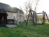 domeček, houpačky a prolézačka na zahradě MŠ Čakov