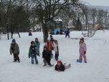 děti v zimě na zahradě MŠ (17.2.2010)