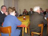 v popředí pan Sládek a manželé Kuklovi st. sledují vystoupení dětí z MŠ