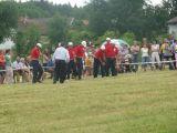 rozhodčí řadí členy družstva SDH Čakov za startovní čáru
