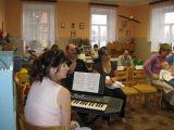 paní učitekka Dejmková před zahájením vystoupení dětí z MŠ u příležitosti vítání občánků