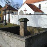 kašna u kostela na návsi v Čakově z roku 1869